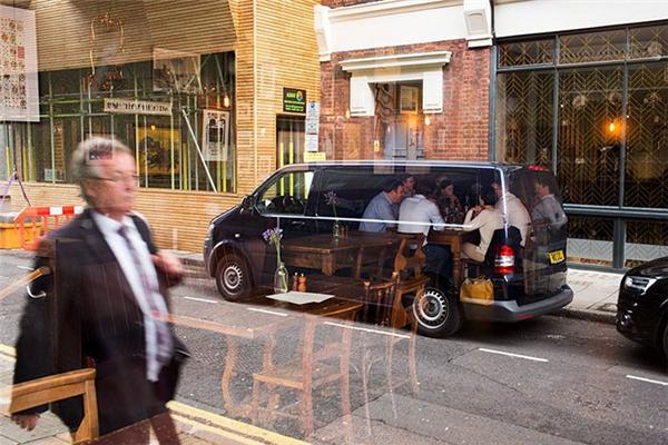Phải chăng đang có một nhóm người đang dùng bữa trong chiếc xe tải đen trong suốt? Họ đang bàn tính âm mưu đen tối gì nhỉ?