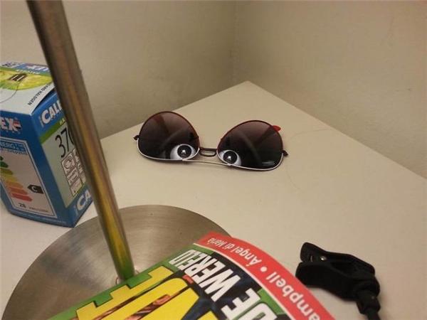 """Chiếc mắt kính """"bị ma ám"""" đang mở hai con mắt thô lố ra nhìn trừng trừng chủ nhân của nó."""
