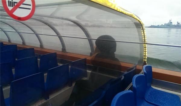 Đây có phải là bóng ma một cô gái đang đi tàu hay không? Thảo nào xung quanh chẳng có hành khách nào khác dám ngồi cả.