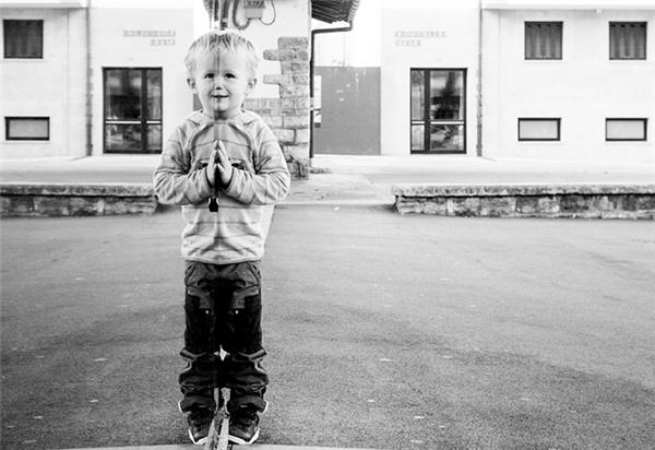 """Thoạt nhìn thì tưởng đây là một cậu bé đang chắp tay lại, nhưng nhìn kỹ mới thấy đây thực ra là một cậu bé """"dị dạng""""."""