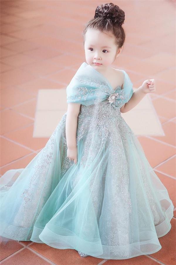Cadiedễ thương, xinh đẹp trong bộ đồ công chúaElsa.(Ảnh: Internet)