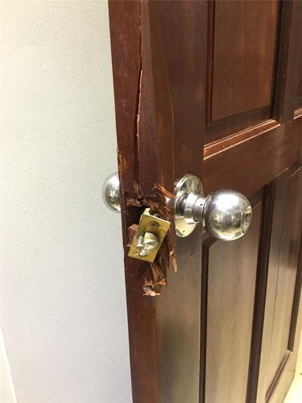 Cửa phòng và két sắt của Sam đều bị ăn trộm phá hỏng nặng nề. - Tin sao Viet - Tin tuc sao Viet - Scandal sao Viet - Tin tuc cua Sao - Tin cua Sao