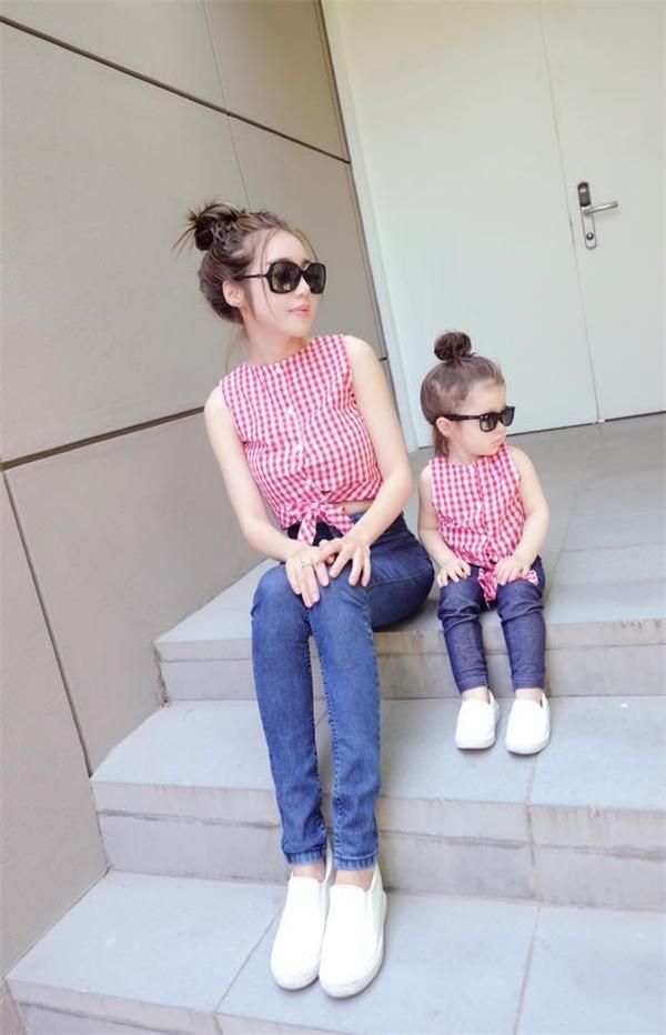 Hai mẹ conCadie Mộc TràvàElly Trầnthường xuyên mặc đồ đôi chụp hình.(Ảnh: Internet)