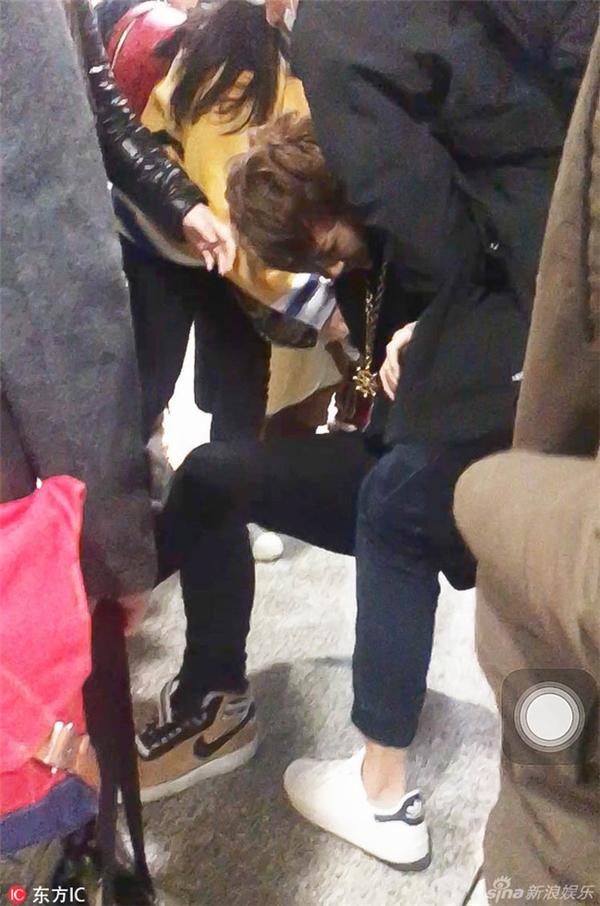 Làm việc quá sức, Hoàng Tử Thao tiều tụy, ngất xỉu ngay giữa sân bay