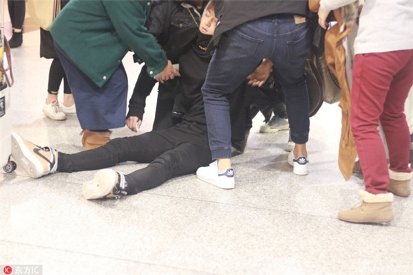 Hoàng Tử Thao bất ngờ ngã quỵ xuống rồi ngất xỉukhi đang đứng chờ chuyến bay.