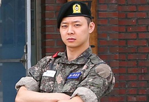 Trong khi các thành viên khác được quân đội trả cho một thân hình cơ bắp thì quân nhân Park Yoochun không có vẻ gì là... giảm cân lột xác cả!