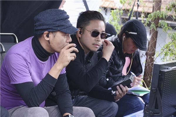 Trên mạng lộ những hình ảnh đầu tiên của đạo diễn Victor Vũ trên phim trường.