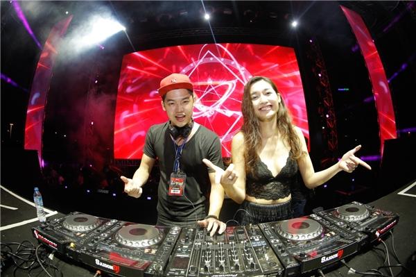Nhóm MoS - DJ Tùng Anh & DJ Hà Linh Vân hết mình cùng các raver tại Tâm Điểm Ánh Nhìn.