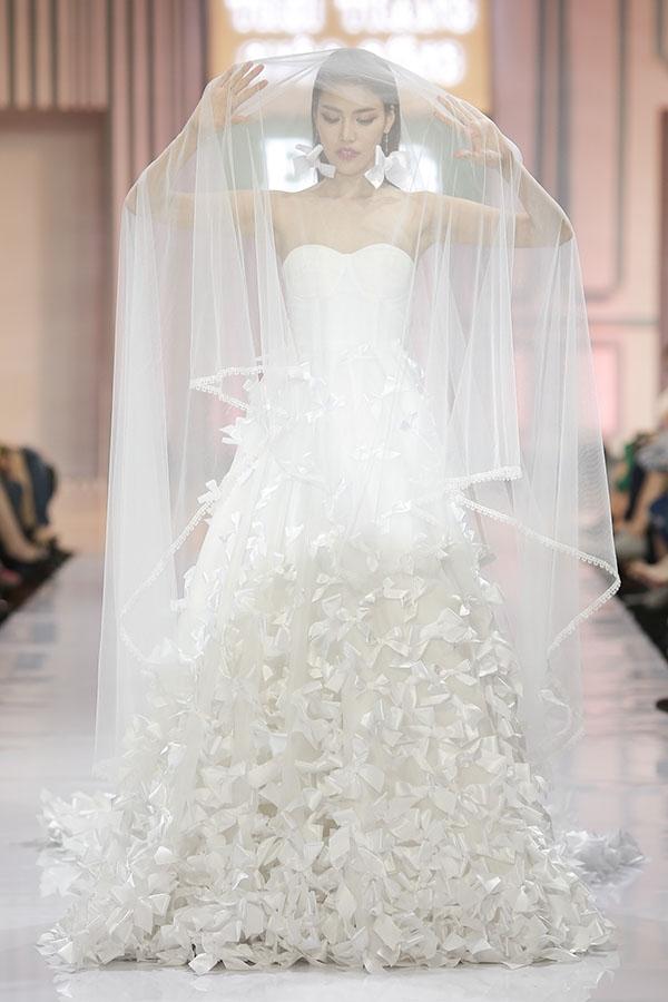 Trong đêm tiệc thời trang này, Lan Khuê đảm nhận vai trò vedette cho nhà thiết kế An Nhiên với bộ sưu tập váy cưới dành cho những ngày cuối năm 2016, đầu năm 2017.