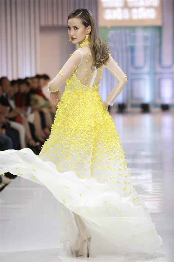 Trên sàn diễn, Lan Khuê hội ngộ Khánh Ngân học trò của Phạm Hương tại The Face Vietnam 2016. Nữ người mẫu rực rỡ với thiết kế màu vàng trẻ trung như nắng ban mai mùa xuân.