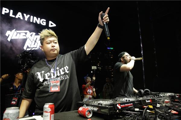 """DJ Nuckin Futs đã đánh thì chỉ""""lên hoài không xuống""""."""