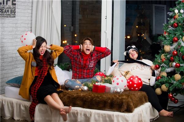 """Cả ba đều tỏ ra rất hạnh phúc trong mùa lễ Giáng Sinh dù chưa ai có người yêu.Qua bộ ảnh, Trương Quốc Bảo muốn gửi đến các khán giả thông điệp: """"Có Gấu hay không không quan trọng, chỉ cần Noel vui là được rồi""""."""