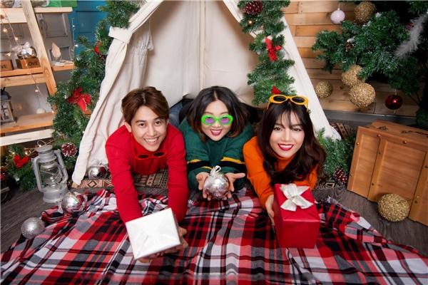 Quốc Bảo - Hạ Anh - Phương Anh diện những trang phục mùa Noel ấm áp.