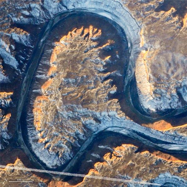 Chữ A: Sông Green, một nhánh của Sông Colorado, thuộc Vườn Quốc gia Rocky Mountain, Colorado, trông như một chữ a viết thường.