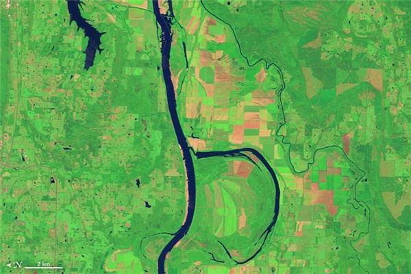 Chữ B: Sông Arkansas, một trong các phụ lưu chính của Sông Mississippi, chảy qua các tiểu bang Colorado, Kansas, Oklahoma, và Arkansas. Vào mùa đông, nơi đây thường có sự xuất hiện của khoảng 100.000 con vịt và ngỗng đến sinh sống.