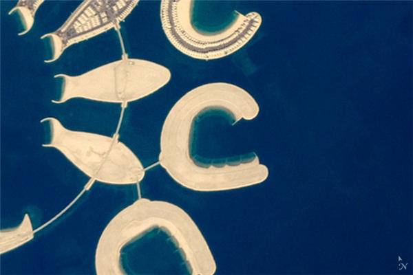 Chữ C: Một hòn đảo nhân tại nằm tại cực nam của Đảo Bahrain ở Bahrain. Các bờ biển ở những hòn đảo này được cấu tạo từ vỏ sò và các loài giáp xác khác.