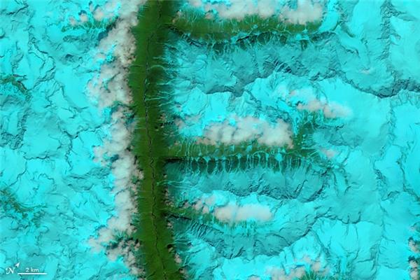 Chữ F:Những đồi núi và thung lũng phủ trắng tuyết ở đông nam Tây Tạng