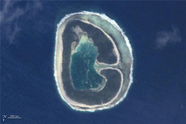 Chữ G: Đảo Pinaki, nằm trong Quần đảo Tuamotu, gồm một chuỗi các đảo và rạn san hô vòng của Polynésie thuộc Pháp