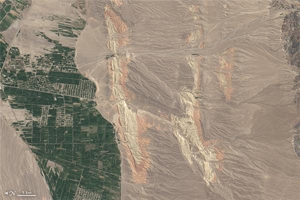 Chữ H:Những dòng sông chảy qua những rặng núi nhiều màu sắc ở vùng đông nam Kyrgyzstan