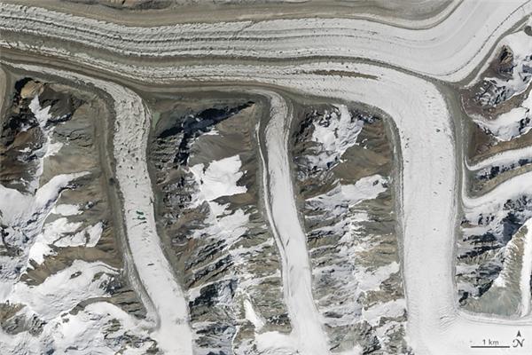 Chữ M: Những dòng sông băng ở dãy núi Thiên Sơn, thuộc vùng đông bắc Kyrgyzstan