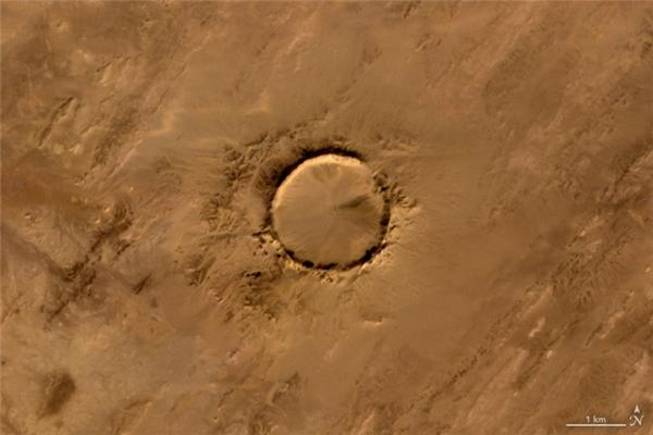 Chữ O:Miệng thiên thạch Tenoumer, nằm trên lãnh thổ nước Cộng hòa Hồi giáo Mauritanie, Tây Phi, được hình thành sau khi một thiên thạch đâm trúng Trái Đất từ cách đây 10.000-30.000 năm.