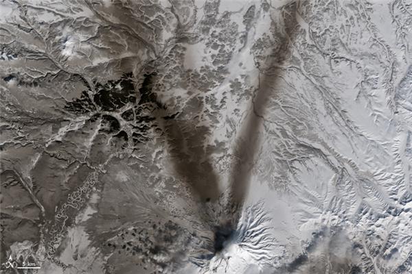 Chữ V:Những đám khói đen trên miệng núi lửa Shiveluch, một trong những núi lửa lớn nhất còn hoạt động ở vùng Kamchatka Krai, Nga.