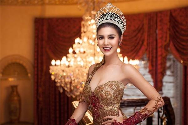 Ariska Putri Pertiwi năm nay 21 tuổi, đang theo học y khoa tại Đại học Islamic of North Sumatera, Indonesia. Cô cao 1m73, số đo ba vòng là 82 - 64 - 92 cm. Trước khi đăng quang Hoa hậu Hòa bình Quốc tế 2016, Ariska Putri Pertiwi từng tham gia nhiều cuộc thi địa phương như Citra Putri Indonesia 2009, Putri Tenun 2009, Gadis Sampul 2009, Miss Indonesia North Sumatra 2014.