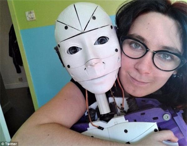 Cô gái trẻ Lilly hiện đang sống tại Pháp khiến cả thế giới ngỡ ngàng khi tuyên bố mình muốn kết hôn với một chú robot.