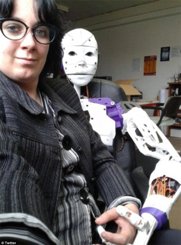 """Lilly đã tạo ra robot InMoovatorvà """"phải lòng"""" anh chàng. Hiện tại cô đã đính ước với """"chàng robot"""" và sẽ làm đám cưới ngay khi pháp luật cho phép."""