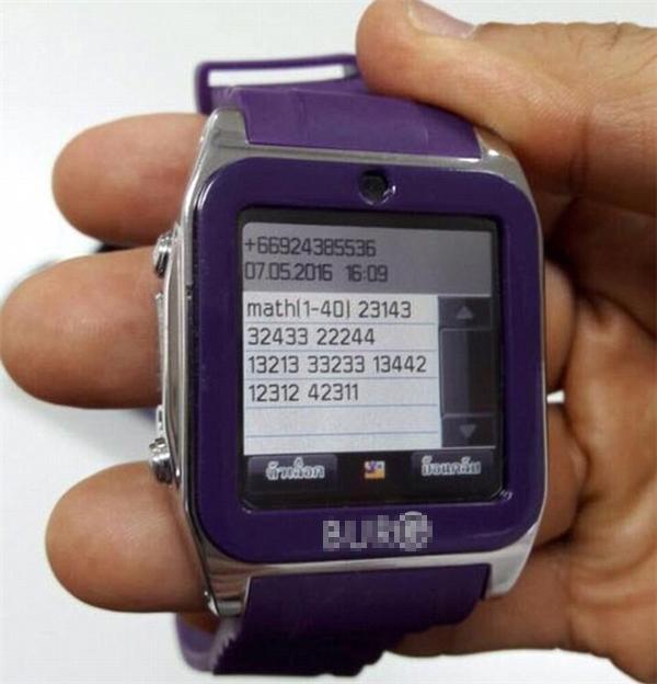 Đồng hồ này không thực hiện chức năng xem giờ đâu.