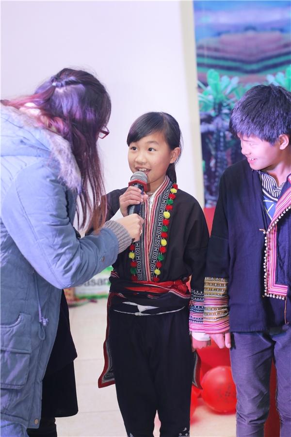 Giao lưu với các em học sinh trường Phổ thông Dân tộc nội trú huyện Sìn Hồ (Lai Châu).