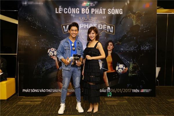 Nam MC Quốc Bảo hào hứng khi hội ngộ hot girl xinh đẹp Tú Linh.