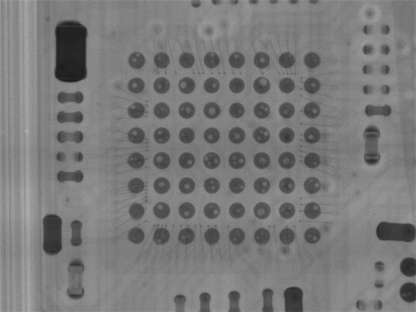 Chip vi điều khiển của hộp sạc chứa nhiều bong bóng khí, chất lượng gia công rất kém. (Ảnh: internet)