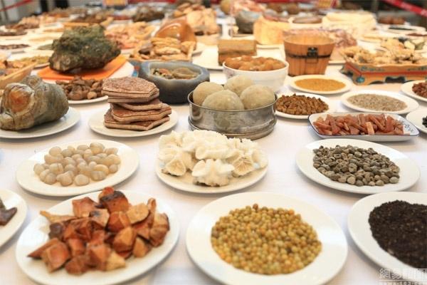 Những món ăn như ngô chiên, khoai rán, bánh bao, bánh mì... đều được bày biện đầy đủ.