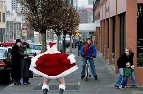 """Trước chỉ biết ông già Noel tặng quà cho bé chứ có bao giờ bị vào danh sách những """"kẻ biến thái"""" thế này đâu?"""