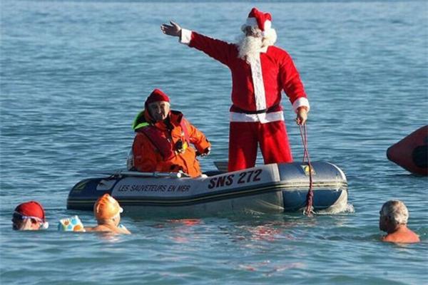 Ông già Noel còn thống trị cả biển khơi, phát quà bằng xuồng hơi nữa sao?
