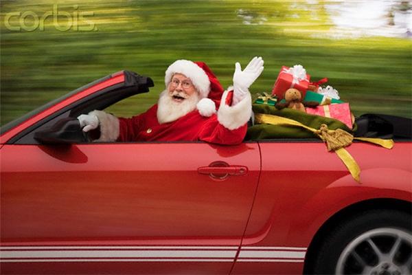 """Bỏ qua xe kéo tuần lộc đi, giờ phát quà thì phải có siêu xe, đúng chất ông già Noel """"vạn người mê"""""""