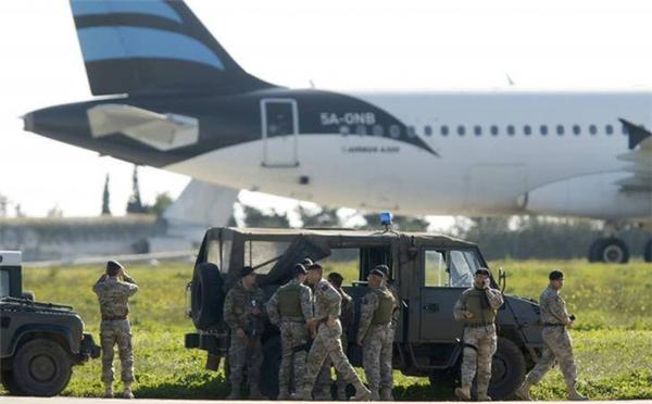 Lực lượng an ninh hiện đãcó mặt tại sân bay Malta.