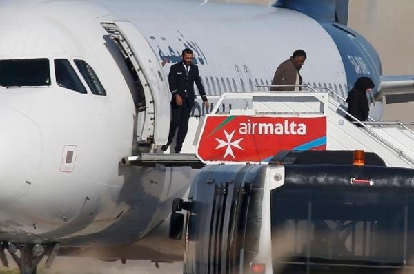 Hiện tạiđã có 109 người được thả khỏi máy bay, tuy nhiên những tên không tặc và một số nhân viên hàng không vẫn còn ở lại. Cuộcthương lượng vẫn đang tiếp tục diễn ra.
