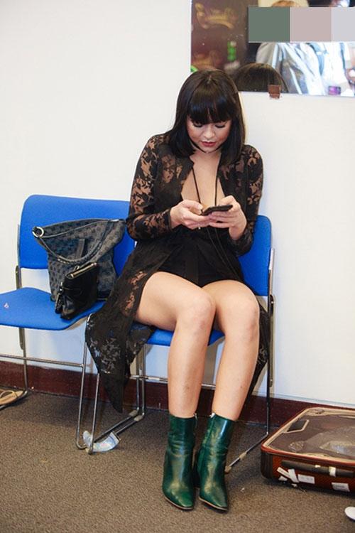 """Bộ cánh """"sốc"""" nhất năm của Mai Ngô là khi cô tham gia một đêm nhạc tại thủ đô Hà Nội. Không chỉ không đẹp mắt, một số ý kiến còn cho rằng Mai Ngô đã hở hang quá đà."""