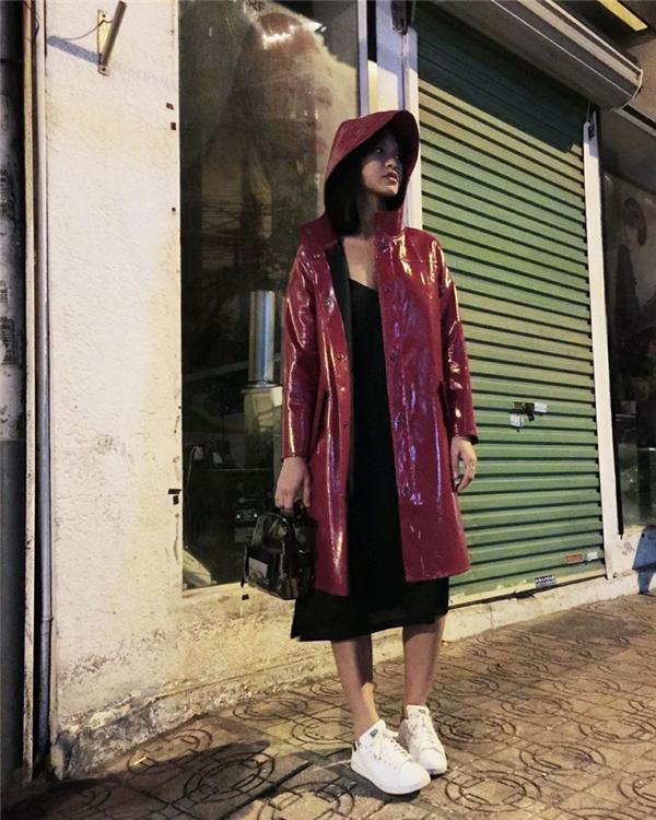 """Phương châm """"Mai thích thì Mai mặc"""" tiếp tục được Mai Ngô khẳng định qua cách kết hợp kì dị giữa măng tô cùng bikini hay áo nhựa bóng với váy lụa bên trong."""