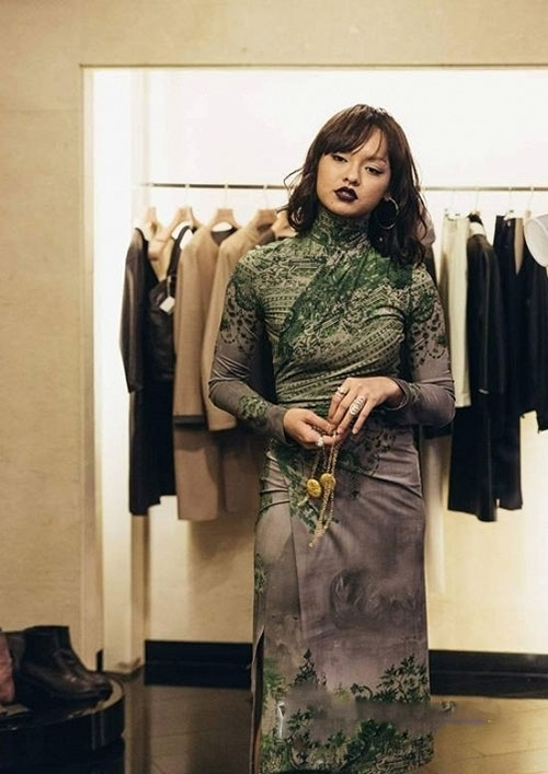 """Tại Tuần lễ Thời trang Seoul vừa qua, Mai Ngô lại một lần nữa khiến công chúng ngỡ ngàng với cách chọn trang phục được nói vui """"như bà thím""""."""