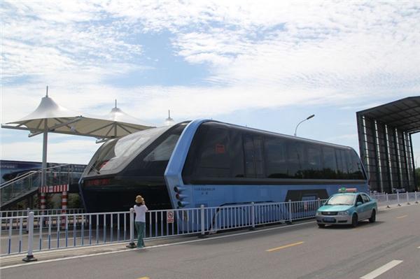 Xe buýt cao tầng thông minh khánh thành rầm rộ, bây giờ bỏ hoang