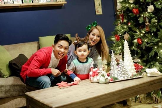 Nhân dịp Giáng sinh, gia đình Khánh Thi -Phan Hiển vừa thực hiện bộ ảnh trẻ trung, năng động ghi lại những khoảnh khắc thân thương của cả ba thành viên. - Tin sao Viet - Tin tuc sao Viet - Scandal sao Viet - Tin tuc cua Sao - Tin cua Sao