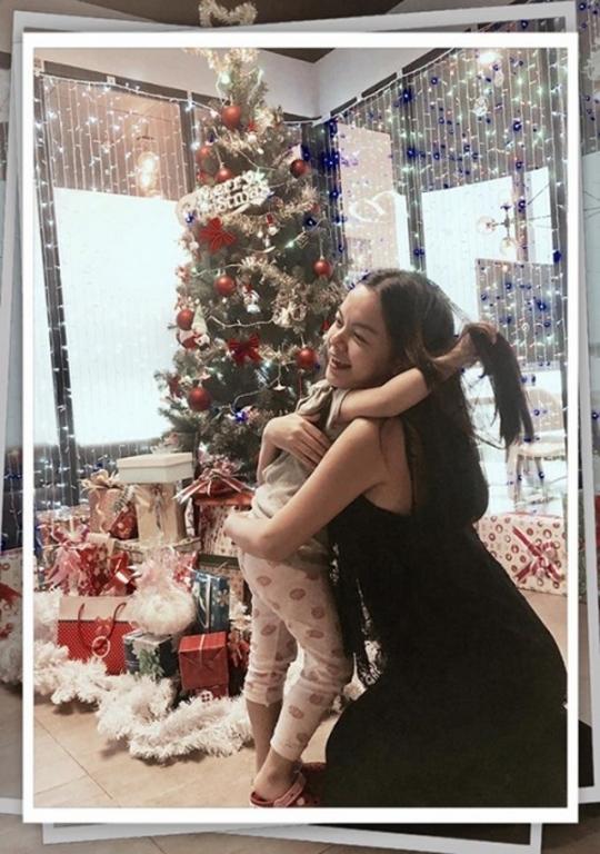 """""""Công chúa nhỏ"""" Bella nhà Quang Huy và PhạmQuỳnh Anh vô cùng thích thú với cây thông Noel khổng lồ cùng những món quà đầy màu sắc. - Tin sao Viet - Tin tuc sao Viet - Scandal sao Viet - Tin tuc cua Sao - Tin cua Sao"""
