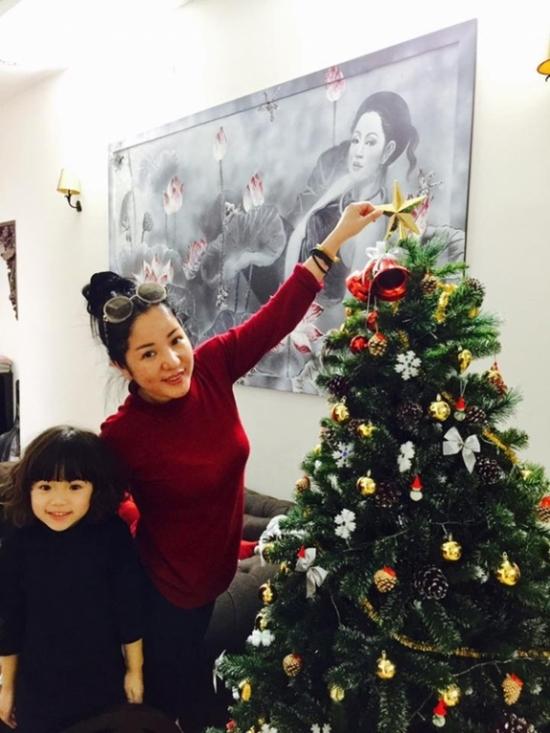 Thuý Nga cùng con gái đang tất bật chuẩn bị đón một mùa lễ Giáng sinh an lành, ấm áp bên cạnh người thân, bạn bè. - Tin sao Viet - Tin tuc sao Viet - Scandal sao Viet - Tin tuc cua Sao - Tin cua Sao