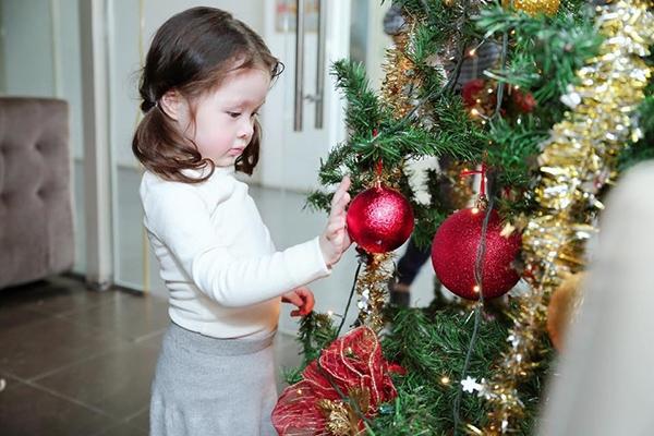 Trong hậu trường một buổi chụp hình, Cadie Mộc Trà vô cùng thích thú với những trái châu được trang trí trên cây thông Noel. - Tin sao Viet - Tin tuc sao Viet - Scandal sao Viet - Tin tuc cua Sao - Tin cua Sao