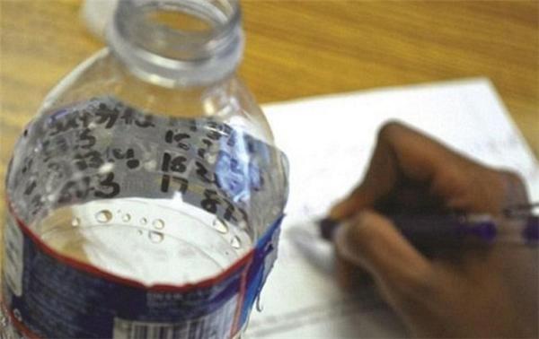 Vẽ vào mặt trong của chai nước cũng là một chiêu thần sầu.