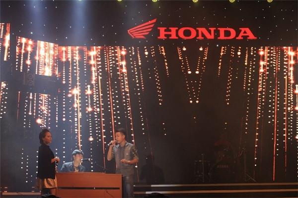 Nhạc sĩ Hồ Hoài Anh biểu diễn cùng top 9 âm nhạc BeU+with Honda 2015. - Tin sao Viet - Tin tuc sao Viet - Scandal sao Viet - Tin tuc cua Sao - Tin cua Sao