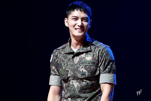 Các fan luôn dõi theo từng hành động của Jae Joong trong quân ngũ và rất yên tâm khi anh chàng không những khỏe mạnh mà lại còn có da có thịt hơn trước.
